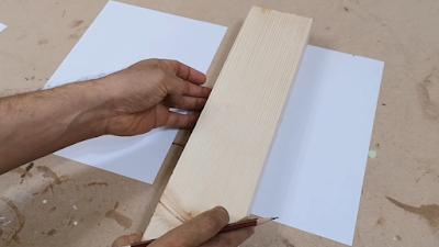 تحديد خطوط العمل على سطح ورقة بيضاء