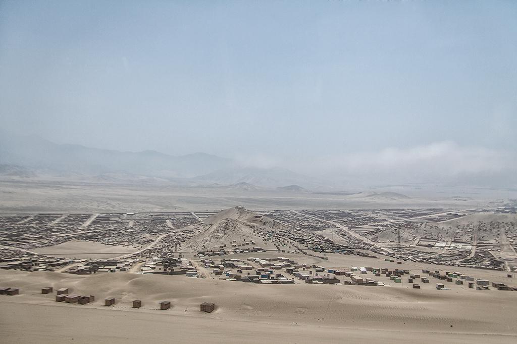 viviendas en las cercanía de Lima sobre el desierto peruano