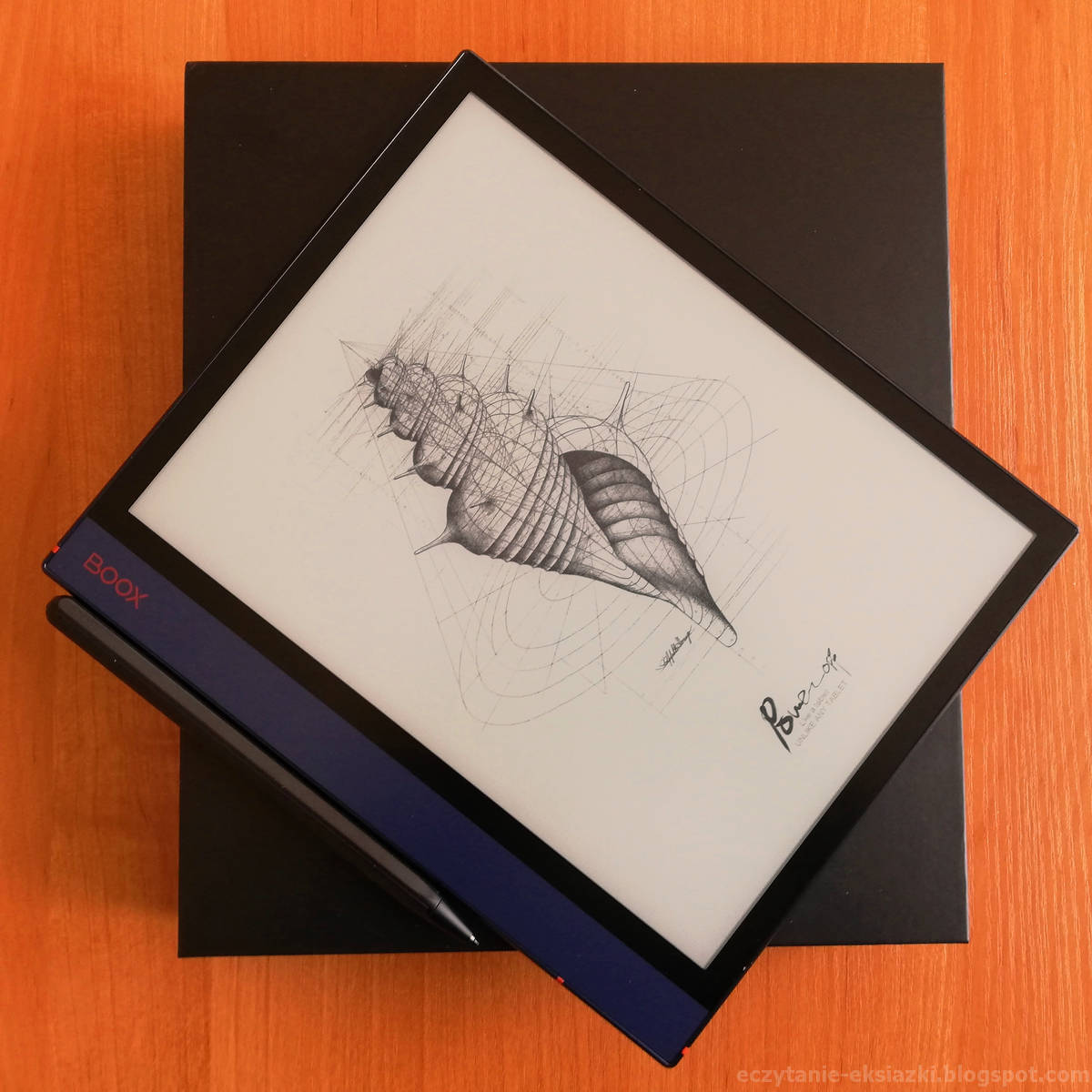 Czytnik Onyx Boox Note Air z rysikiem połozony na pudełku