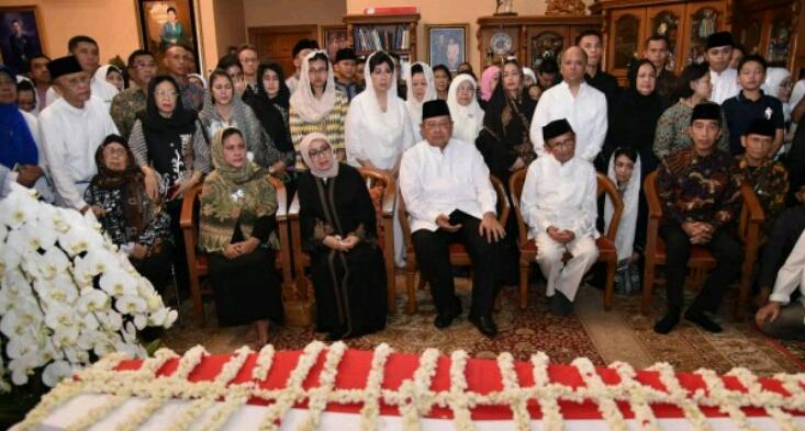 Presiden Jokowi Bareng Istri Melayat Ibu Ani Yudhoyono