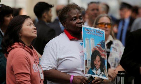 EE.UU. recuerda el 11-S cuando surge polémica por muerte de rescatistas