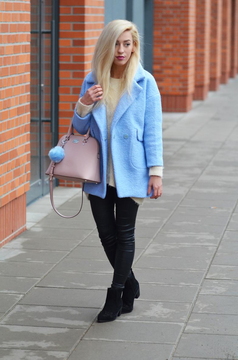 PASTELE ZIMĄ - płaszcz w kolorze baby blue i pudrowa torebka