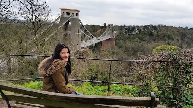 Ángela Romero junto al puente colgante de Clifton sobre el río Avon, que une las dos partes de la ciudad, 5-3-2016
