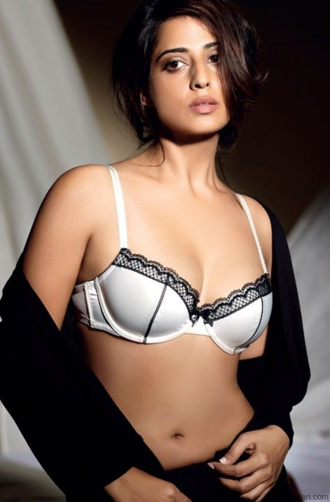 Mahie-Gill-seducing-Bikini-Photos-HD-Pictures