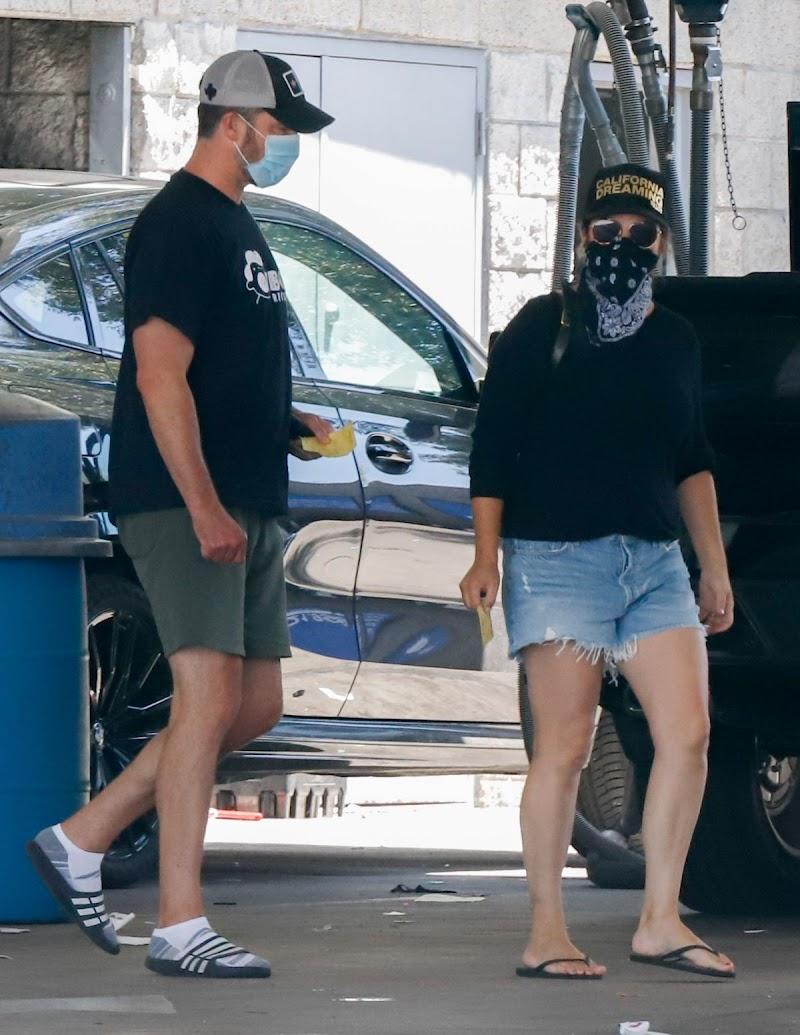 Tiffani Thiessen Clicked in Denim Shorts at a Car Wash in Los Angeles 12 Aug -2020