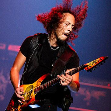 Foto de Kirk Hammett tocando su guitarra con el alma