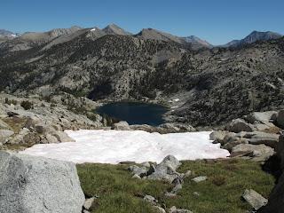 Der Abstieg vom Pass führt nordostwärts zum oberen Glacier Lake
