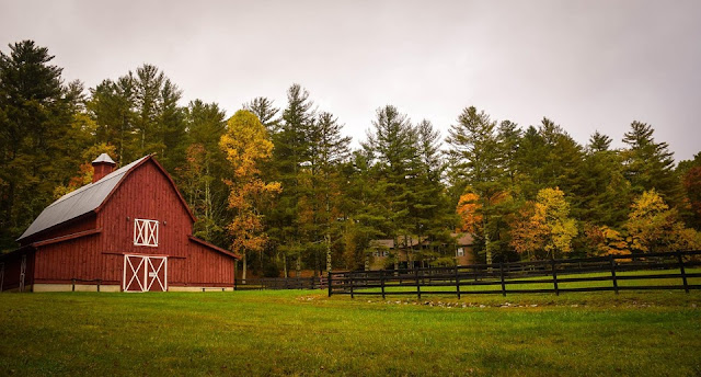 Red barn in fall