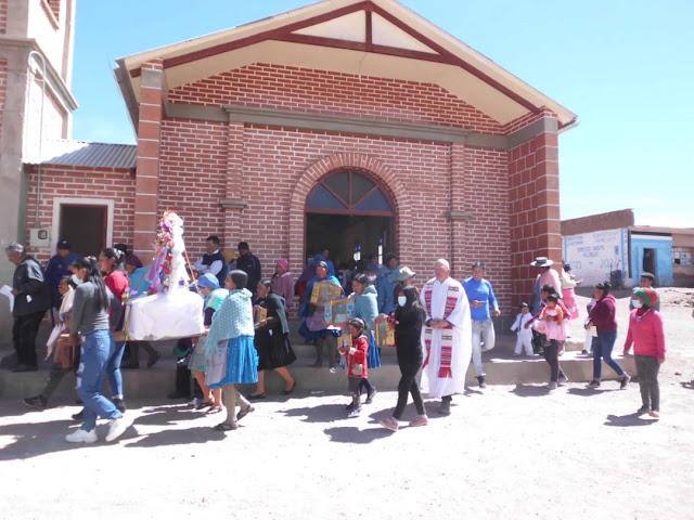Der Beginn der Prozession über den Dorfplatz