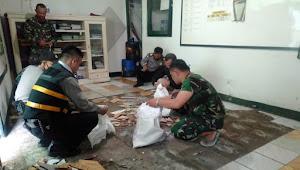 Sinergitas Personel Polsek Malangbong dan Koramil 1106 Kerja Bakti Renovasi Makoramil Di Hari Lebaran