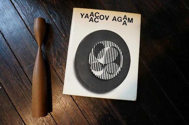 un livre sur l'art cinétique de Yaacov Agam et un chandelier en teck  kinetic art book , teak candlestick vintage 1962 60s 1960s annees 60