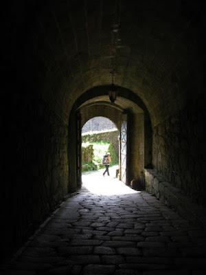 peregrina de Santiago saindo por porta de muralha