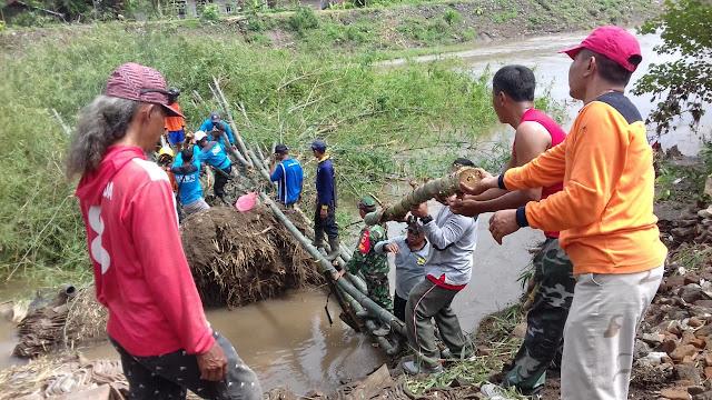 TNI bersama BPBD dan Relawan Evakuasi Rumpun Bambu longsor di sungai Dengkeng