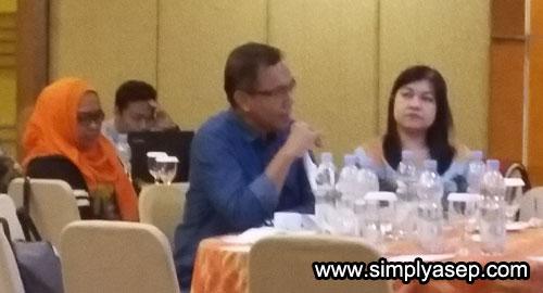 TANGGAPAN : Ahmad Suroso, Pemred Tribun Pontianak didampingi Pemimpin Perusahan Julia L saat memberikan tanggapan media terhadap isu Antii HOAX dan Ujaran Kebencian yang marak di media sosial. Foto Asep Haryono