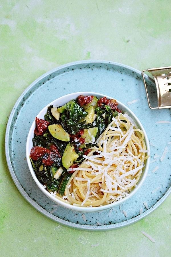 Spaghetti z jarmużem, cukinią i suszonymi pomidorami
