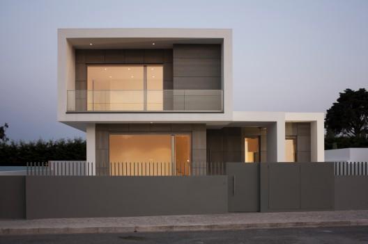 Casa moderna en portugal minimalistas 2015 for Fachadas de casas modernas entre medianeras