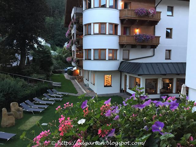 Blick vom Hotelbalkon in den Garten