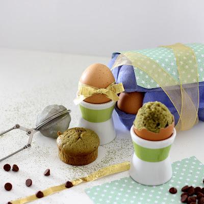 Illustration Gâteau Matcha & Pétites de Chocolat au Lait dans un Oeuf