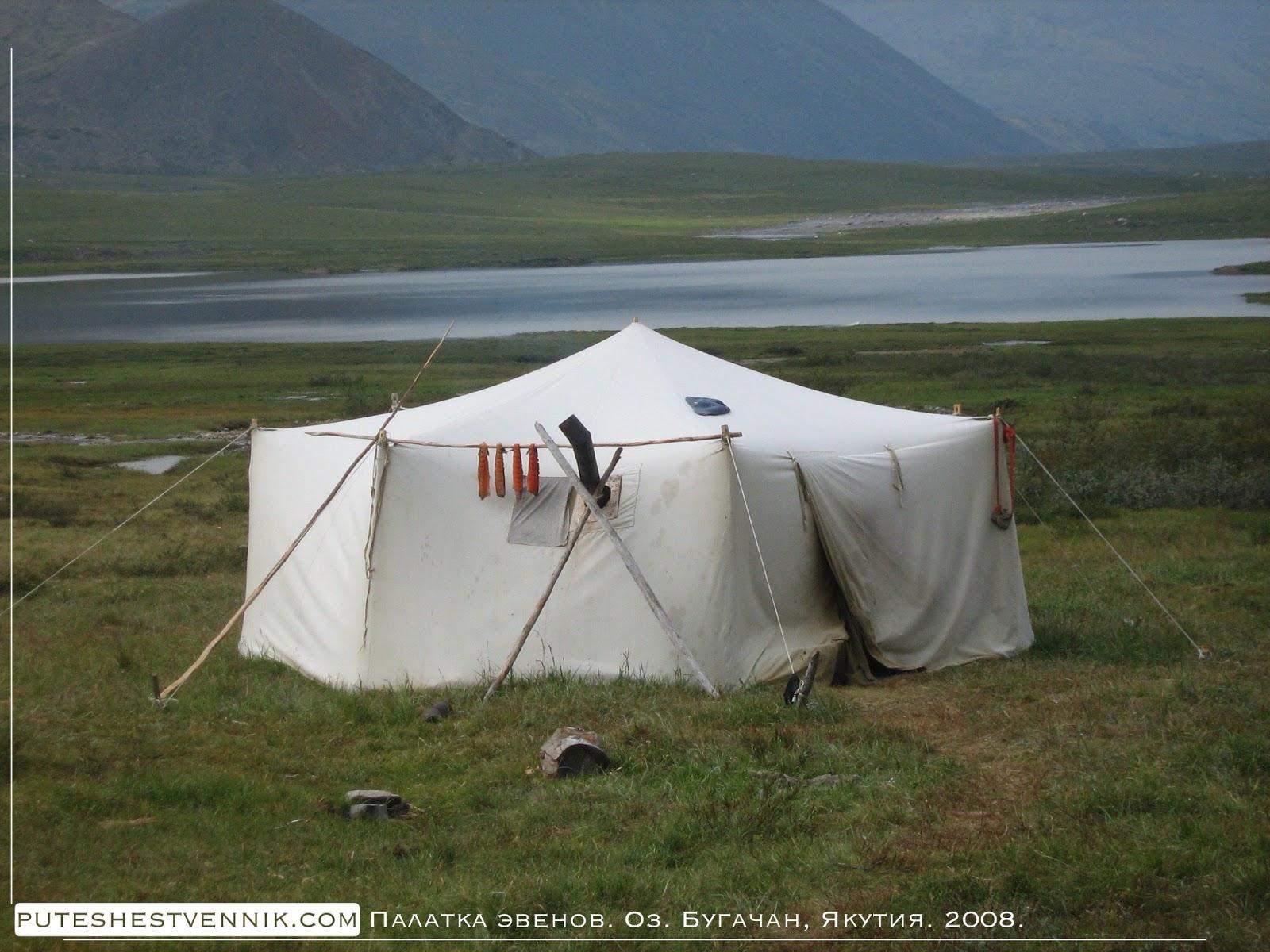 Красная рыба вялится на шесте палатке эвенов