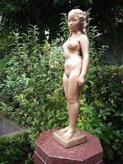 烏山川緑道 金色の少女像「華(はな)」 菊池一雄作