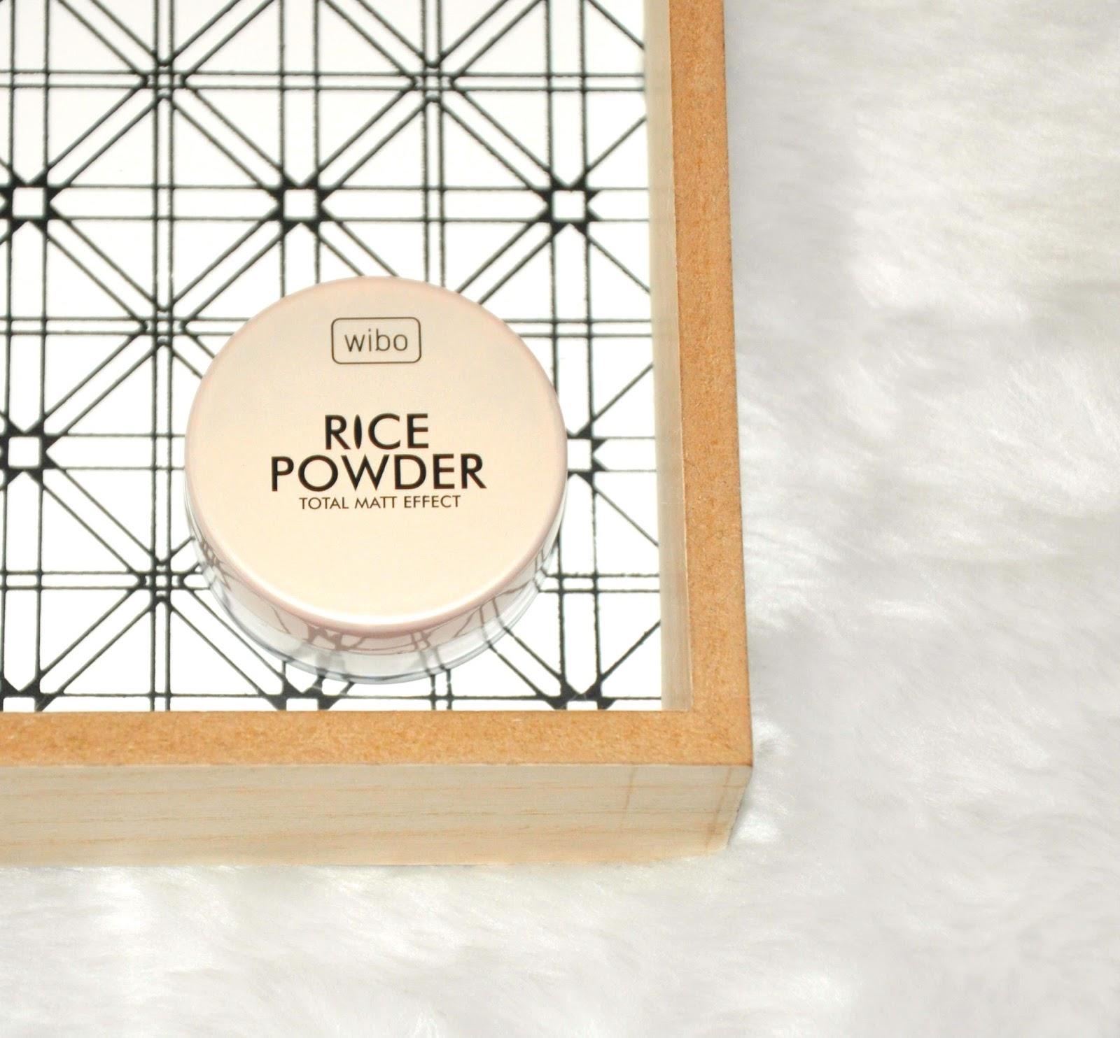 Drogeria Rossmann nieustannie rozszerza swoją ofertę o nowe produkty, a ja z zapartym tchem śledzę ten proceder i tworzę listę zakupów, którą mam zamiar konsekwentnie realizować. Dziś chciałabym Wam pokazać kilka kosmetycznych nowości, które już niebawem zadebiutują na półce w Rossmannie. - Wibo, Rice Powder, puder sypki Puder sypki, idealnie matuje cerę, znacznie wydłuża trwałość makijażu. Transparentny, nadający się do każdego rodzaju cery. - Garnier, Skin Naturals, żel micelarny do skóry wrażliwej,  Pierwszy od Garniera żel micelarny 3 w 1 do skóry wrażliwej. Multifunkcyjny żel do mycia twarzy, który nie tylko oczyszcza skórę, ale również usuwa makijaż z całej twarzy (w tym z oczu i ust) - w jednym geście. Idealnie czysta skóra. Testowany dermatologicznie i okulistycznie. Kojąca, bezzapachowa formuła, idealna do wszystkich typów skóry, również wrażliwej. - Glade by Brise, automatyczny odświeżacz powietrza o zapachu czystej świeżości Automatyczny odświeżacz powietrza Glade by Brise o zapachu czystej świeżości wprowadza do Twojego wnętrza cudowny i dostrzegalny zapach tydzień po tygodniu – automatycznie. Idealny do dużych pomieszczeń, eliminuje nieprzyjemny zapach i nadaje uczucie świeżości do 60 dni*. Pełni funkcję dekoracyjną. - Eveline Cosmetics, Slim Extreme 4D Professional, superskoncentrowane nocne serum antycellulitowe - Lady Speed Stick, Fresh & Essence Cool Fantasy, antyperspirant w sztyfcie Antyperspirant Lady Speed Stick Fresh&Essence Cool Fantasy zapewnia 48 godzinną ochronę przed potem i nieprzyjemnym zapachem oraz wyjątkową woń inspirowaną kwiatem kwitnącej wiśni. -  Palmolive, Gourmet Coconut, żel pod prysznic Żel pod prysznic Palmolive Gourmet Coconut. Kremowy żel pod prysznic z ekstraktem z kokosa. Kusząco zmysłowa skóra. - Glade by Brise, Owoce Leśne, świeca zapachowa Świeca zapachowa o słodkim zapachu owoców leśnych. - Carex, antybakteryjne mydło w kostce, Aloe Vera Antybakteryjne mydło w kostce Carex Aloe Vera. Dokładnie oczyszcza skórę. Zawiera