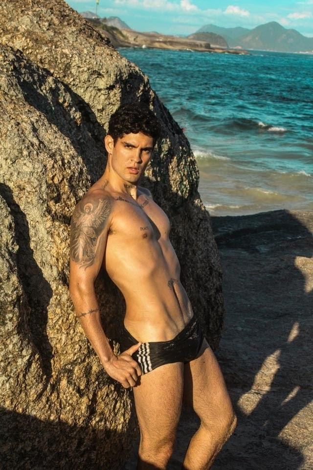 Sebastião Neto posa de sunga na Praia do Arpoador