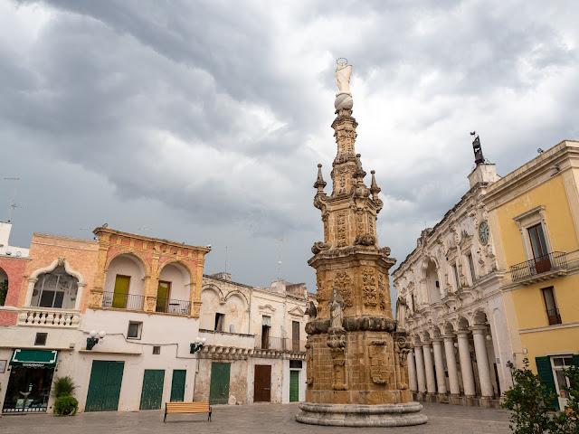 Plaza barroca de Nardò con cielo de tormenta
