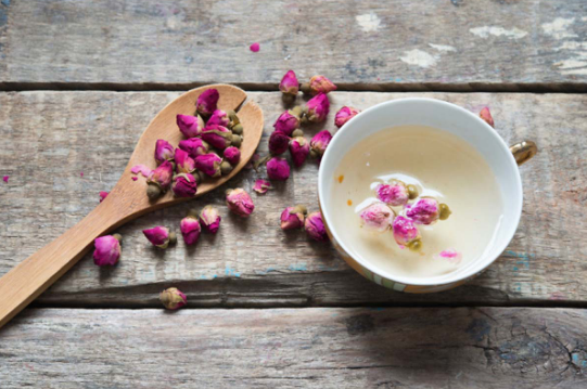 2. Trà hoa hồng chữa đau họng và cảm cúm