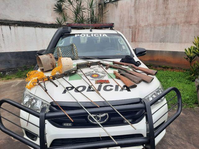 Policia Ambiental flagra porte ilegal de arma de fogo e caça em Sete Barras
