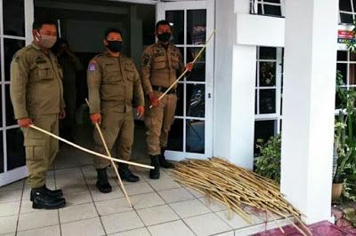 Tiru India, Satpol PP Dilengkapi Rotan Siap Pukul Bokong Warga yang Bandel