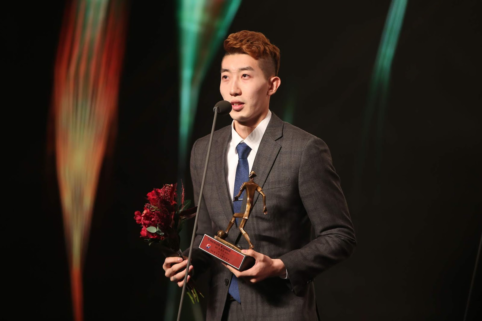 Jo Hyun-woo receiving his award for best K League 2 goalkeeper 2015