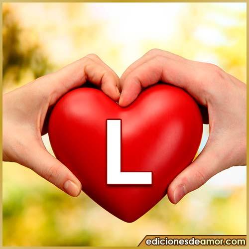 corazón entre manos con letra L