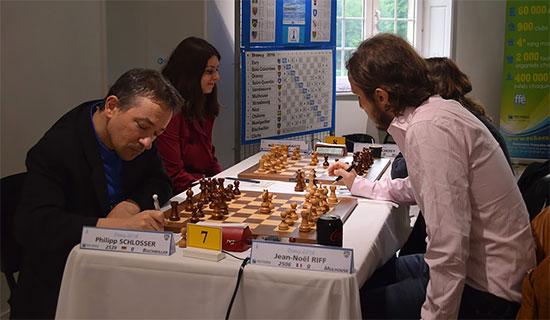 Une miniature de 19 coups entre Jean-Noël Riff et Philipp Schlosser disputée lors de la ronde 5 - Photo © FFE