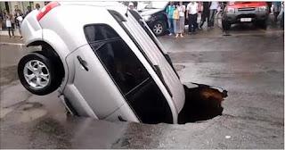 شاهد بالفيديو  لحظة سقوط سيارة في حفرة على الطريق