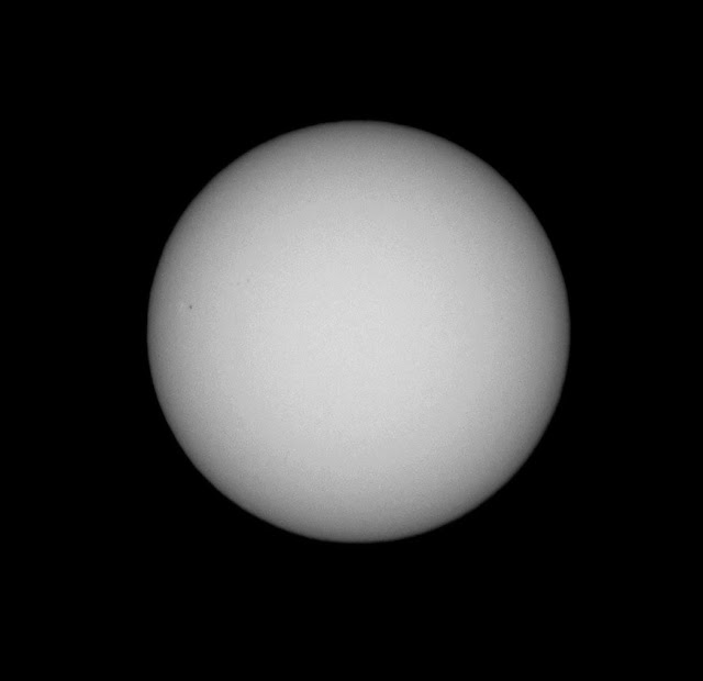 B&W, 300mm solar image with sunspots (left) (Source: Palmia Observatory)