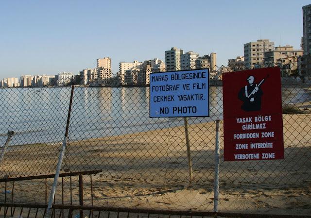 Η Ελλάδα υποκύπτει στις πιέσεις για ζημιογόνες συνομιλίες στο Κυπριακό