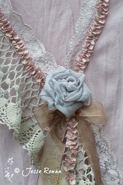 https://lace-age-girl.blogspot.com/2018/11/pastel-roses-and-lace.html