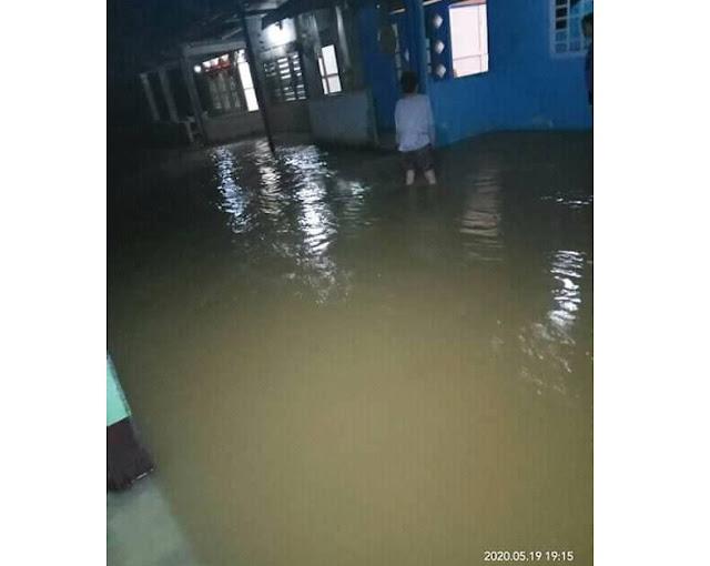 Air menggenangi rumah warga