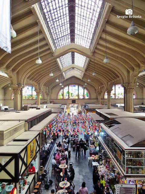 Vista ampla de um dos corredores e claraboia do Corredor e claraboia do Mercado Municipal de São Paulo - Centro - São Paulo