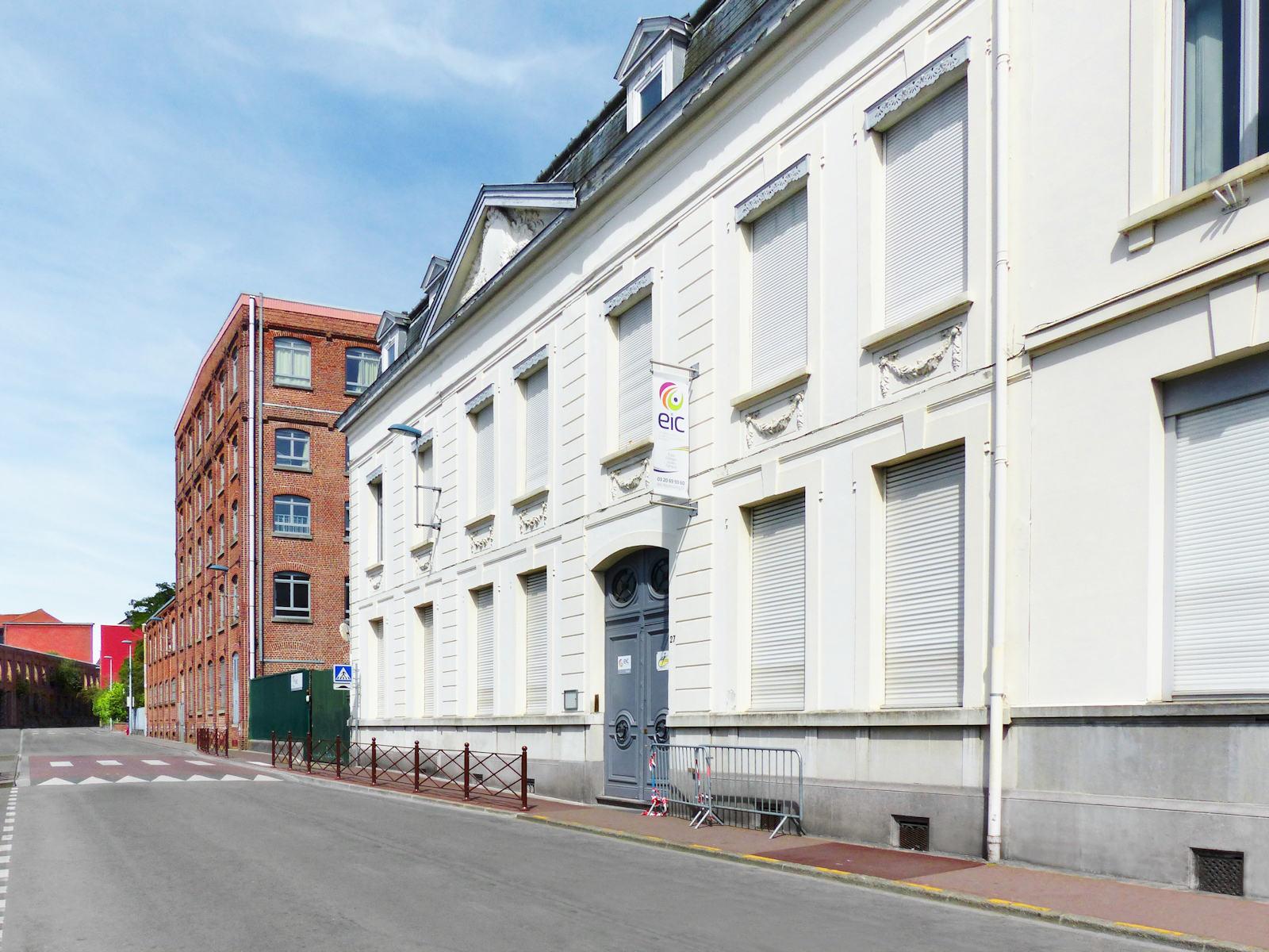 Lycée EIC la Maison Blanche sur la rue du Dragon.