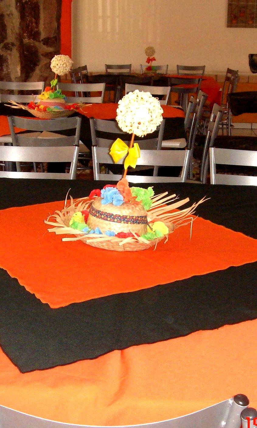 Esta é a mesa para os convidados e o centro de mesa com chapéu de palha 701b11a1d22