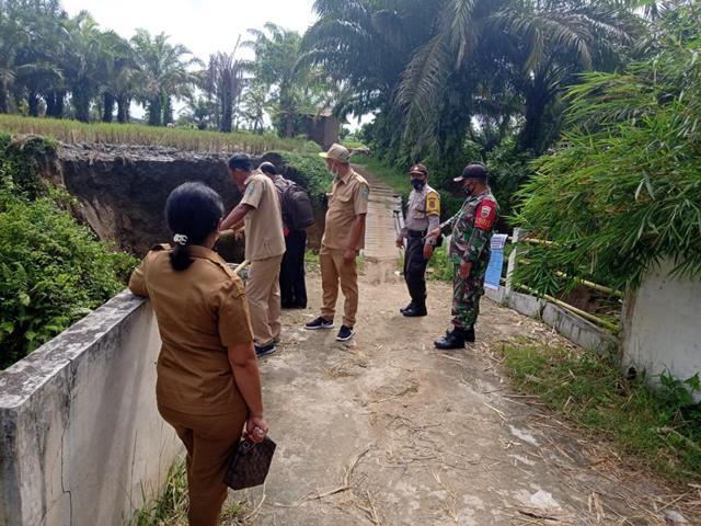 Mengetahui Jembatan Putus Akibat Longsor, Personel Jajaran Kodim 0207/Simalungun Ajak Dinas Terkait Tinjau Langsung