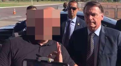Apoiador de Bolsonaro faz gesto feito em foto