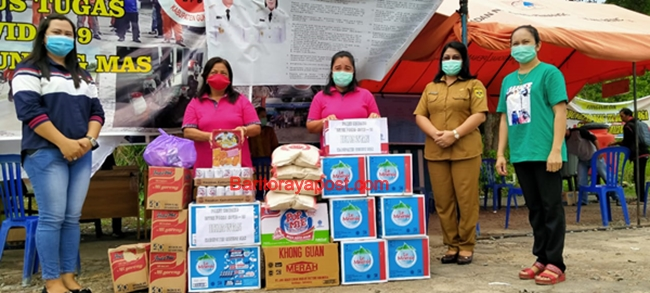 Persatuan Istri Dewan Gumas Serahkan Sembako dan Vitamin ke Posko