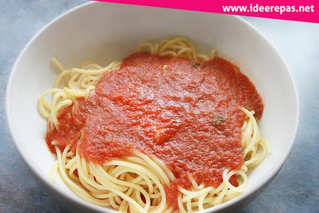 La préparation de spaghettis à la tomate fraîche