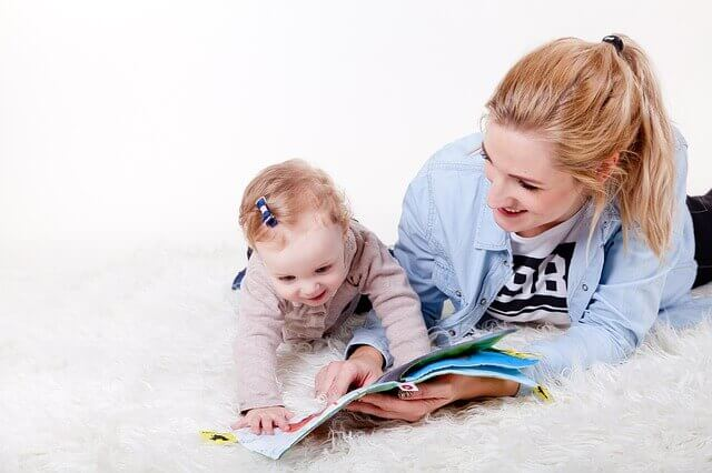 madre con libros de dibujos infantiles