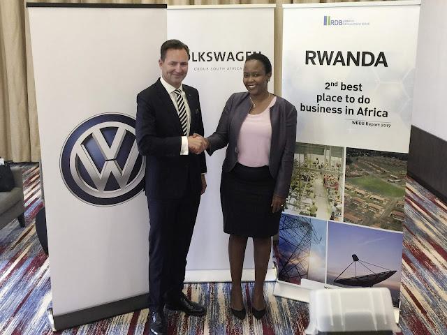 Thomas Schäfer, CEO do Grupo Volkswagen África do Sul, e Claire Akamanzi, CEO do Conselho de Desenvolvimento do Ruanda, apresentaram em Kigali os planos da VW em Ruanda.