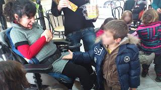 Παιδάκι απλώνει το χεράκι του στη Βασιλική