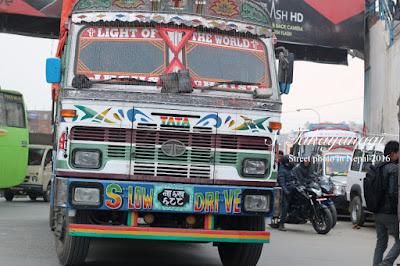 ネパールのバスは働き者