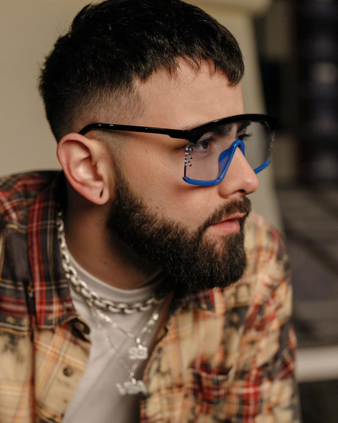 Hombre con anteojos de marco negro con azul de la marca Retrovisión